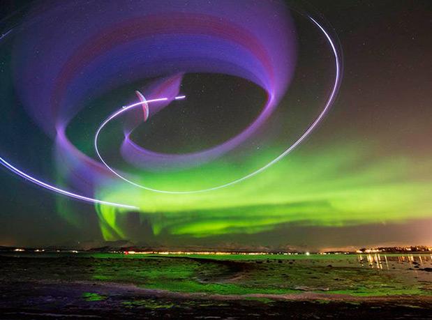 piloto-de-parapente-grava-video-dançando-com-a-aurora-boreal-1