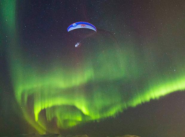 piloto-de-parapente-grava-video-dançando-com-a-aurora-boreal-2