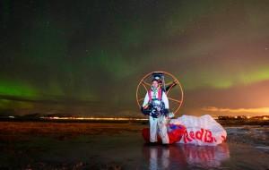 piloto-de-parapente-grava-video-dançando-com-a-aurora-boreal-destaque