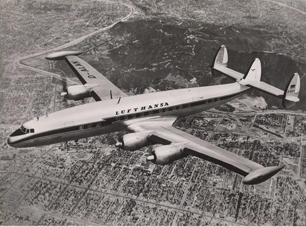 Avião antigo voando