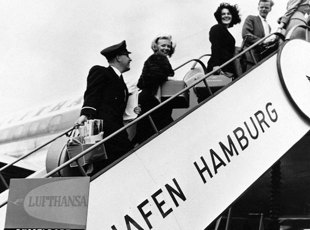 Pessoas embarcando em um avião há 60 anos